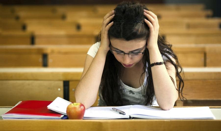 Estudante sentindo ansiedade